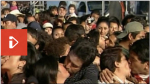 Mexico breaks guiness kissing record