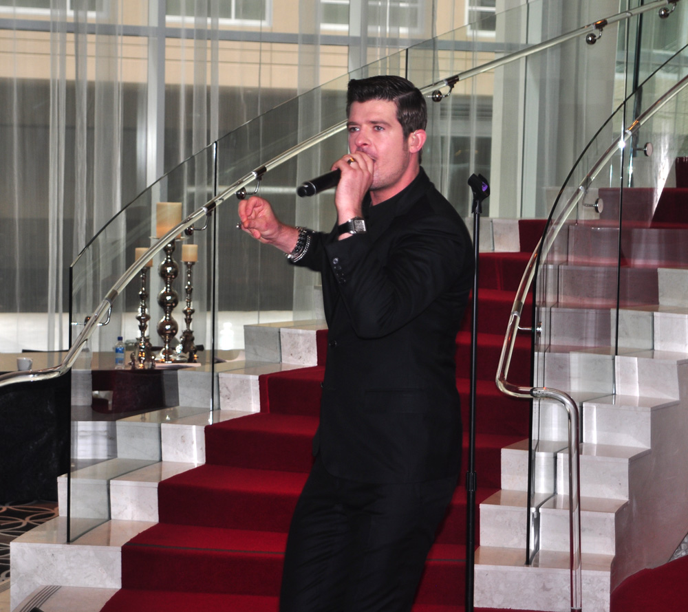 Robin Thicke sings photo by Ray Gordon